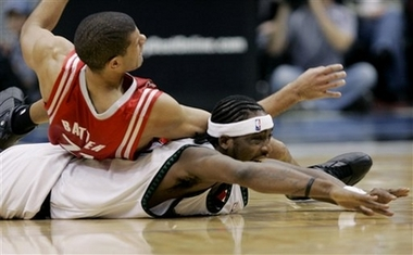 NBA图:火箭大战森林狼 巴蒂尔拿戴维斯垫背