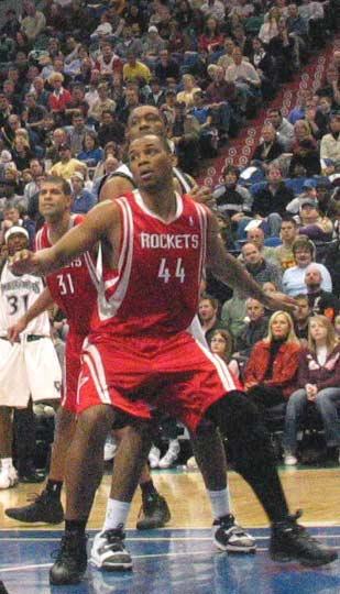 NBA图:火箭负森林狼 海耶斯篮下抢位