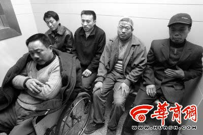 农民工讨薪起冲突 遭20余人关门刀棍狂殴(图)