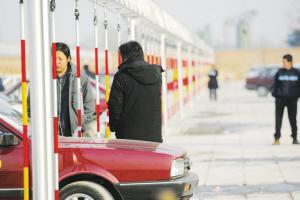 """""""大限""""将至,北京老山驾驶学校的学员们利用周末时间在桩考练习场抓紧练习(盛佳鹏/摄)"""
