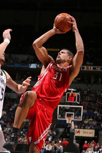 NBA图:火箭负森林狼 巴蒂尔闪身跳投