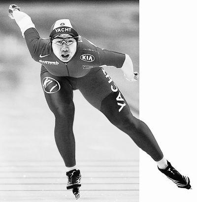 图文:速滑亚锦赛中国队3金收官 王霏在比赛中