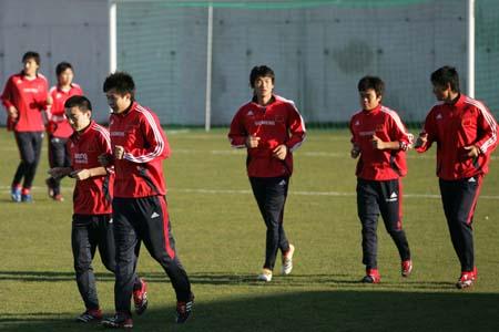 图文:国奥法国首训 防守队员在训练中