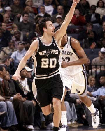 NBA图:常规赛马刺胜灰熊 吉诺比利进攻得手