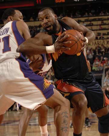 NBA图:常规赛太阳胜勇士 戴维斯强行进攻