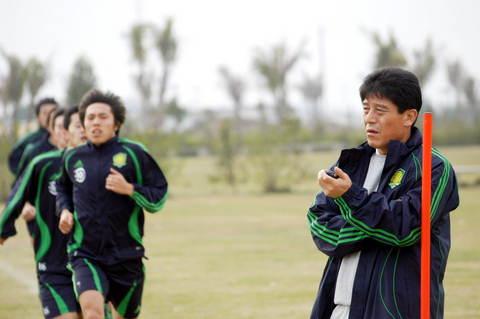 图文:北京国安海南集训 李章洙监督队员跑步
