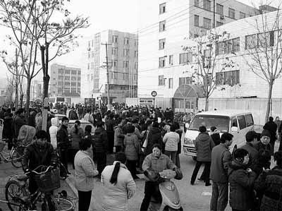 """上海街头上演""""抢生大战"""" 数百学生被强行转移"""
