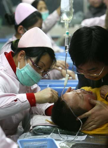 医生救治生病的孩子