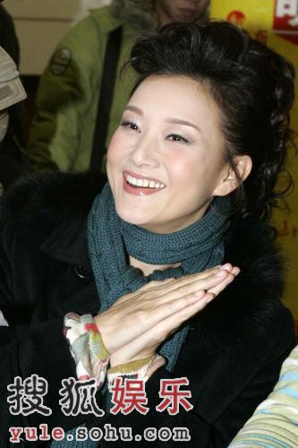 沈阳演出纪敏佳性感成熟 宋祖英见记者双手求饶