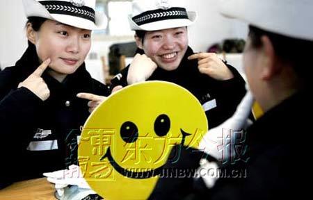 """郑州警花模仿卡通""""大笑脸"""" 苦练微笑执法(图)"""