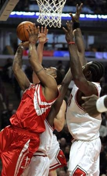 NBA图:火箭大战公牛 穆大叔疯抢篮板