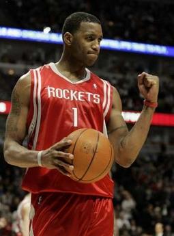 NBA图:火箭胜公牛 麦迪握拳庆祝