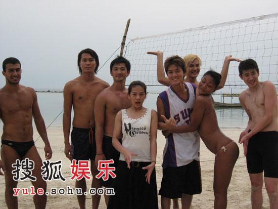 吴克群江美琪赴泰国旅游 海滩力搏人妖打排球