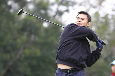图文:全明星高尔夫总决赛开杆 李小双击球雄姿