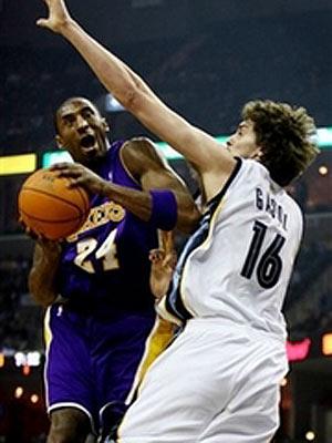 NBA图:常规赛湖人负灰熊 科比对决加索尔