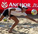 图文:沙滩排球国手三亚冬训 薛晨飞身救球