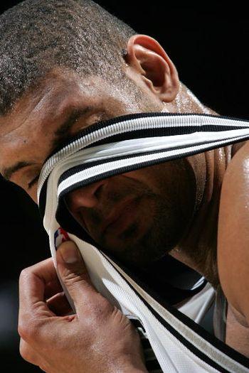 NBA图:马刺胜开拓者 邓肯用球员擦汗