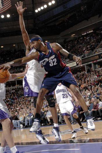 NBA图:骑士胜国王 休斯空中反手妙传