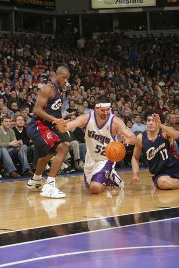 NBA图:骑士胜国王 米勒跪地扑球
