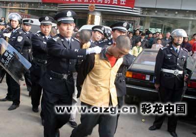 云南呈贡县将嫌犯公开示众引来群众围观(图)