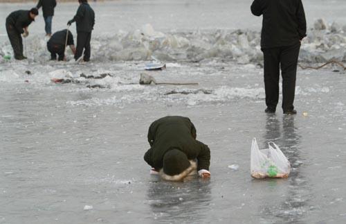 市民破冰取鱼