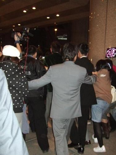 搜狐直击 酒店大堂偶遇被包围的RAIN