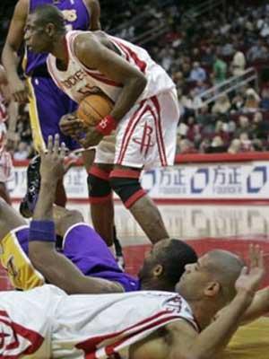 NBA图:火箭大战湖人 场上拼抢激烈