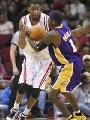 NBA图:火箭大战湖人 麦迪与帕克争抢