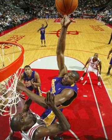 NBA图:常规赛火箭胜湖人 拜纳姆勾手投篮