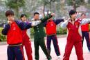 图文:中国女乒队员中山军训 张怡宁练习拳术