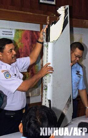 组图:印尼失踪客机搜救行动人员展示飞机残骸