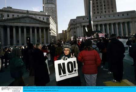 组图:纽约街头反战者游行 抗议布什对伊新政