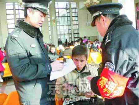 北京各火车站严打票贩子 询问旅客调查票源(图)