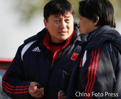 图文:中国队备战维尔瓦  朱广沪若有所思