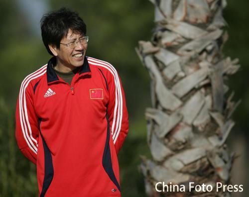 图文:中国队备战维尔瓦  微笑面对训练