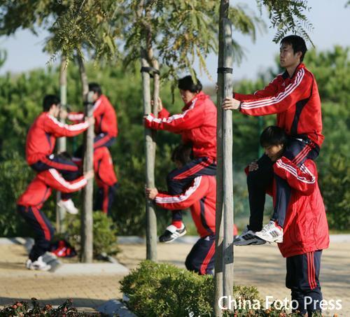 图文:中国队备战维尔瓦  队员配合训练
