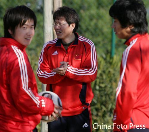 图文:中国队备战维尔瓦 肇俊哲轻松训练