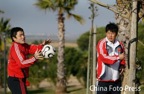 图文:中国队备战维尔瓦 李雷雷接球练习