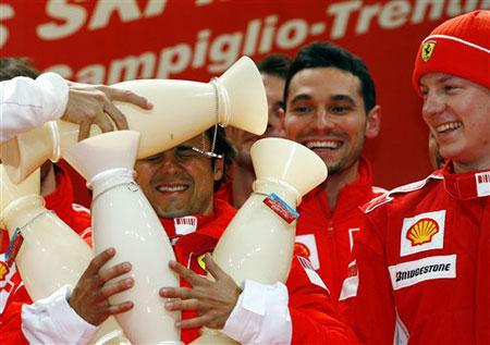 图文:法拉利赛车冬季表演赛 马萨被队友恶搞