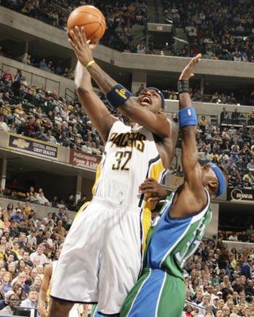 NBA图:常规赛小牛胜步行者 哈林顿强攻篮下