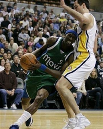 NBA图:常规赛小牛胜步行者 霍华德强行突破