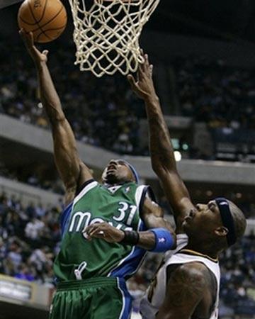 NBA图:常规赛小牛胜步行者 贾森-特里突破上篮