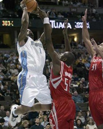 NBA图:火箭VS掘金 J.R史密斯强攻穆大叔