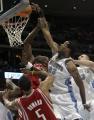 NBA图:火箭战胜掘金 坎比比赛中上篮
