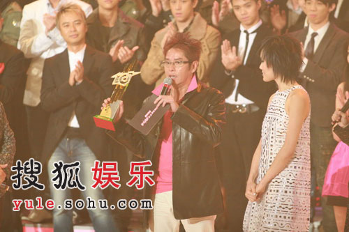 图:谭咏麟颁发最受欢迎女歌星容祖儿