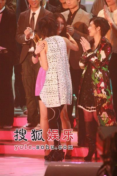 图:容祖儿和陈慧琳拥抱