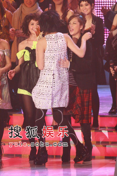 图:容祖儿和卫兰拥抱