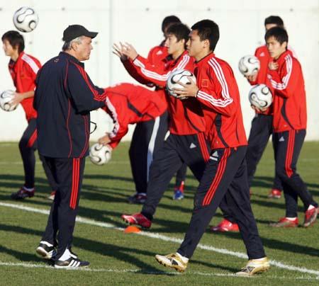 图文:杜伊带队欧洲拉练 国奥训练进入射门阶段