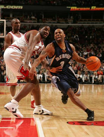 NBA图:公牛狂胜灰熊 查基-阿特金斯遭阴招