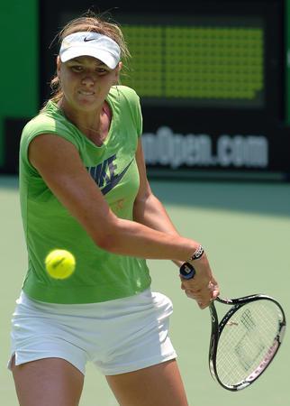 图文:莎拉波娃备战澳网公开赛 训练中奋力击球